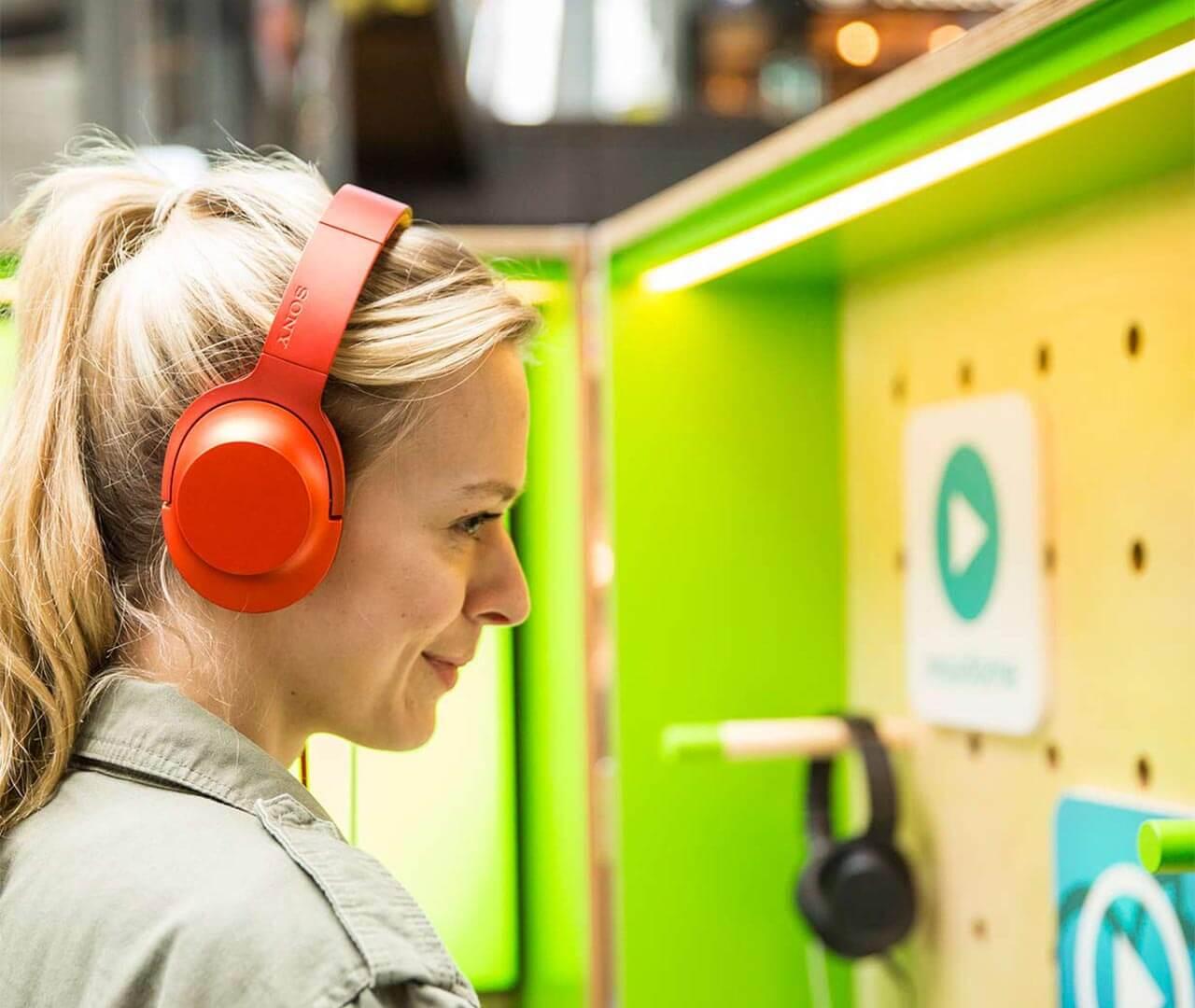 mobilcom-debitel: Frau mit Sony-Kopfhörer