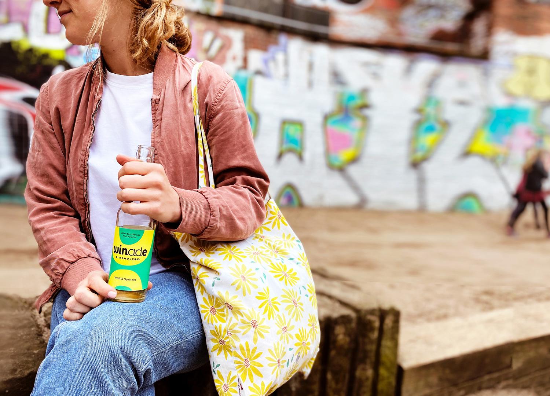 Frau mit Winade Getränk auf Spielplatz